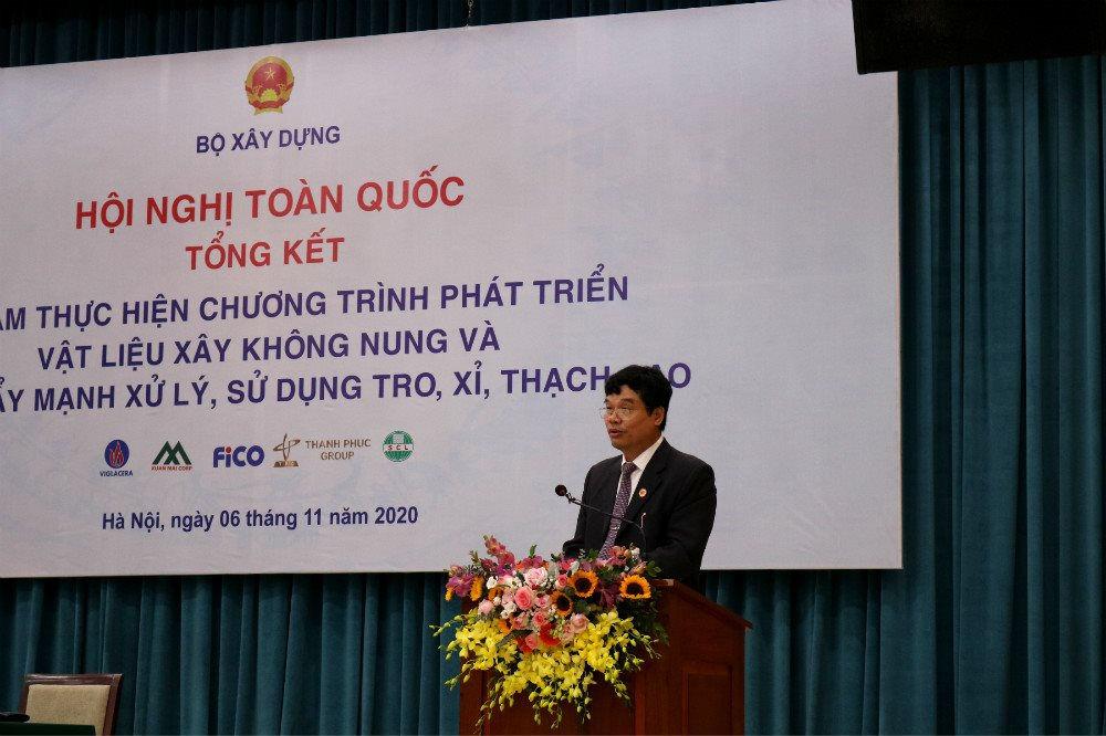 Ông Phạm Văn Bắc, Vụ trưởng Vụ Vật liệu xây dựng – Bộ Xây dựng báo cáo tại Hội nghị